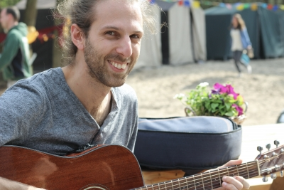 Oscar van Keulen with guitar
