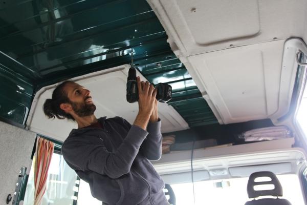 Oscar boort een gaatje voor de zonnepanelen